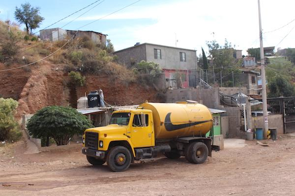 A water tanker (pipa) re-supplies a home in Colosio. Residents pay high prices for water supplied in this way. (Noah Silber Coats)