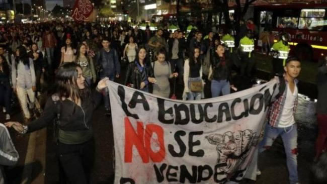 Students marching in Bogotá against the ongoing de-funding of public higher education. (Culebra Digital, Twitter)