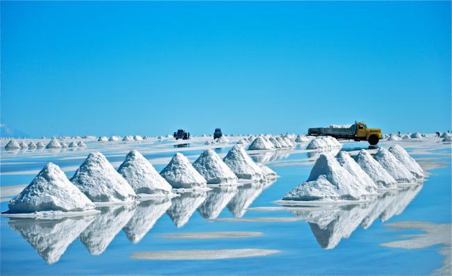 Uyuni salt flats, Bolivia. (Jeff Nesanelis / Creative Commons).