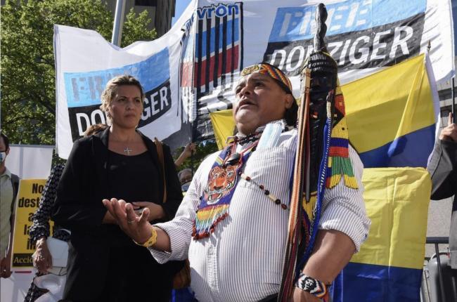 Líder de los índigenas Shuar Lino Wampustrik habla en el día final del juicio de Donziger, el 17 de mayo, 2021. Wampustrik presenció contaminación por petróleo en su comundad en la Amazonía ecuatoriana y ahora organiza en apoyo de Donziger en Nueva York.