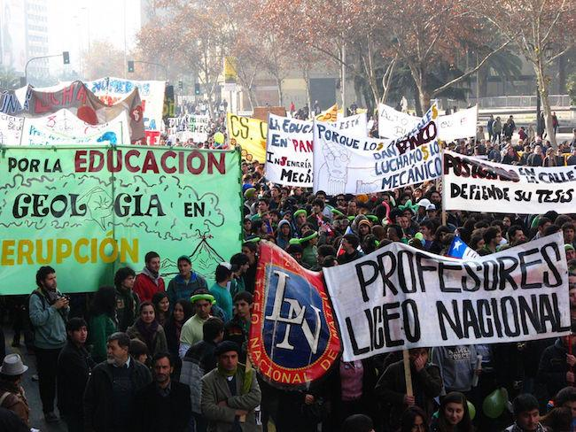 Chilean student protesters march down La Alameda, the main avenue in Santiago in July 2011. (Nicolás 15/Wikimedia Commons)
