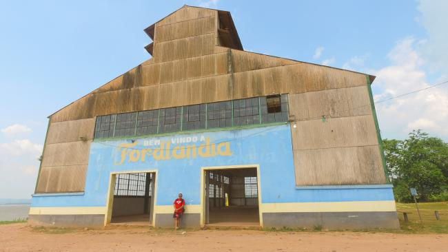 """A building reads """"Welcome to Fordlândia."""" (Marcos Colón)"""