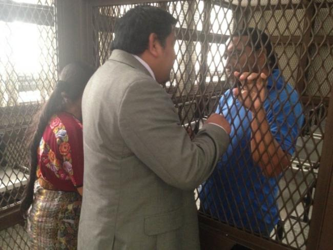 Juan Castro talks to Rigoberto Juarez before the start of the trial. (Photo by José Agry Sian)