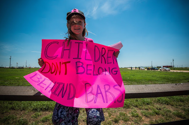 More than 500 activists from across the U.S. gathered to converge on the family detention camp in Dilley, Texas, in early 2014. (Steve Pavey / Hope in Focus)