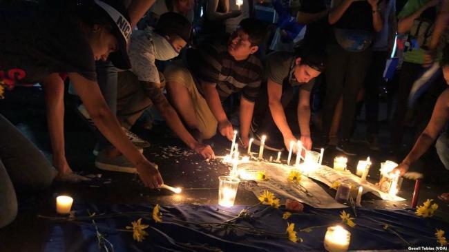 Manifestantes en Managua, Nicaragua lloran las muertes de víctimas que murieron durante las protestas a comienzos de este año (foto por Gessel Tobías)