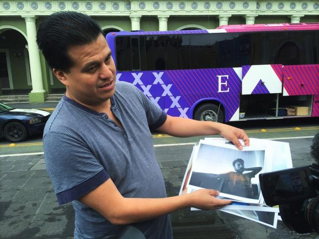 Noé Zavaleta holds up photographs of his murdered colleague, photojournalist Rubén Espinosa, in Xalapa, on July 31, 2016. (Photo by Patrick Timmons)