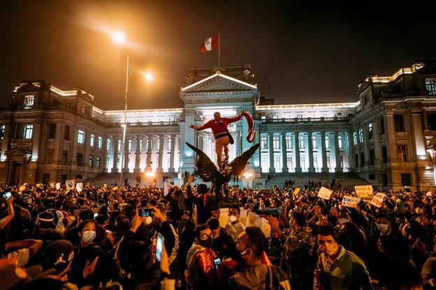 Protestors outside the Palace of Justice on November 12, 2020. (Rupa Flores, @rupafotos)