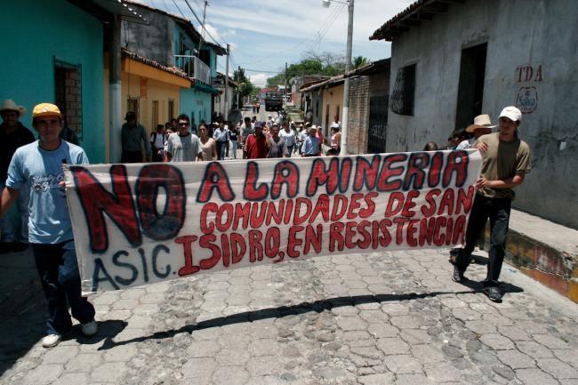 Locals protest the El Dorado mining project in San Isidro, Cabañas, El Salvador on June 12, 2007. (Photo by James Rodríguez)