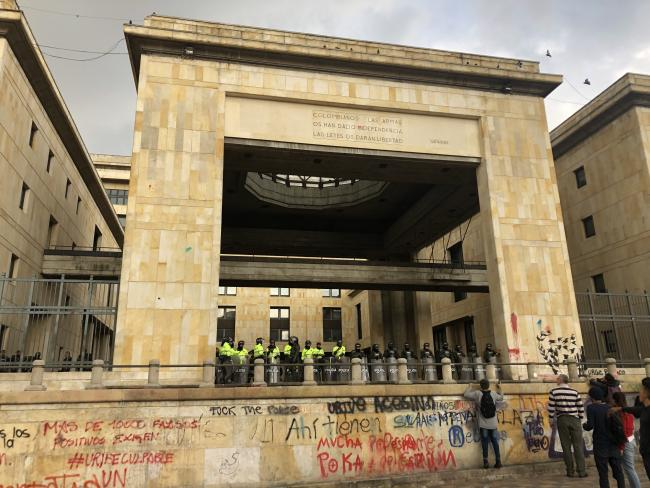 Graffiti in front of the Palace of Justice as police and ESMAD stand guard in the Plaza de Bolívar on Sunday November 24. (Photo by Fabián Plazas Diaz)