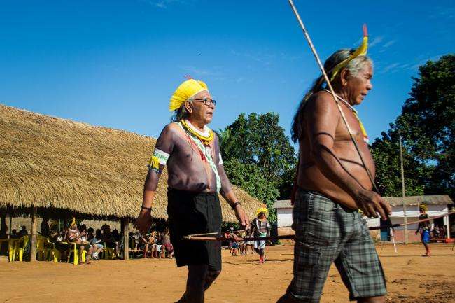 Paulinho Paiakan (left) during the Meeting of the Mebengokre Peoples and Brazilian Indigenous Leader in January 2020 (Photo: Rafael Forsetto).