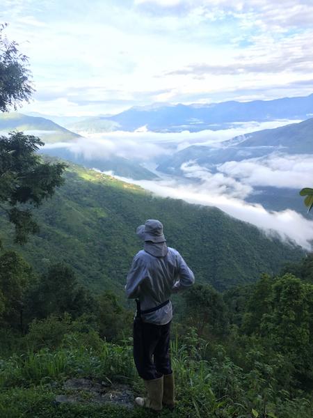 Un campesino mira el valle del río Cauca en Briceño. (Foto por Alex Diamond)