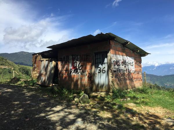 """Un grafiti de la disidencia de las FARC dice """"FARC Frente 36 Anti-paramilitar"""" y """"Disidentes FARC Frente 36 Comando de Limpiesa Antiparamilitarismo"""". (Foto por Alex Diamond)"""
