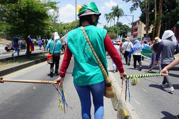 La guardia indígena mantiene el orden durante la marcha del 14 de octubre en Cali. (Daniel Campo Palacios)