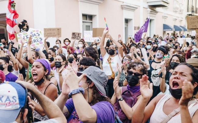 Demonstrators gather for the plantón or sit-in convened by the Colectiva Feminista en Construcción in San Juan, May 3, 2021 (María B. Robles López)