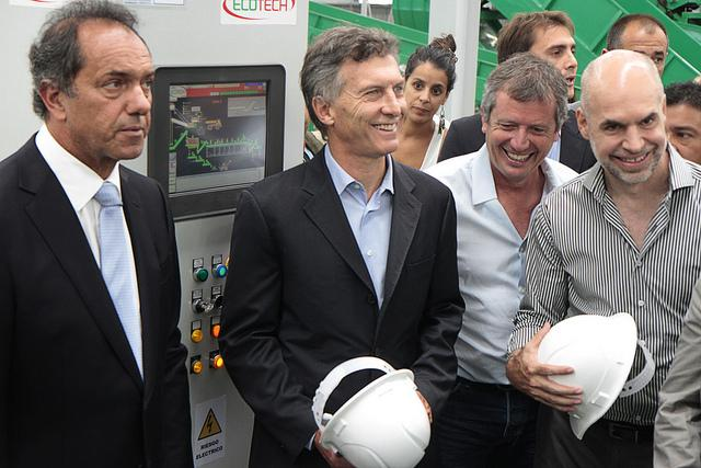 Waste of breath? Presidential candidates Daniel Scioli (L) and Mauricio Macri (C) at the CEASME disposal plant in greater Buenos Aires. (Nahuel Padrevecchi/Gobierno de la Ciudad de Buenos Aires).
