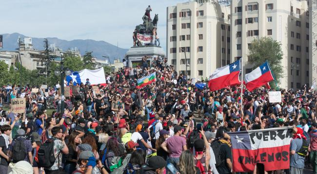 Protesters gather in Plaza Baquedano, Santiago, Chile, in October 2019. (Photo by Carlos Figueroa/Wikimedia)