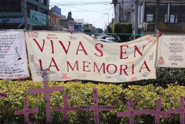 Vivas en la Memoria colocaron una antimonumenta frente a la explanada central en Nezahualcóyotl, Edomex como parte de las medidas de reparación del daño por el feminicidio de Mariana Lima Buendía. (María Ruiz)