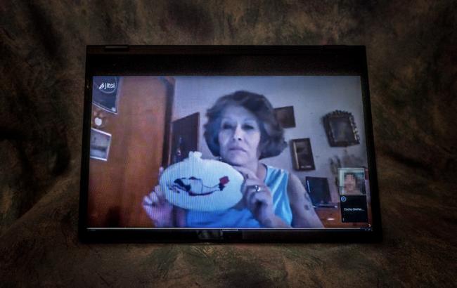 Cecilia Orellana muestra durante una videollamada el bordado por el cual fue agredida. (María Ruiz)