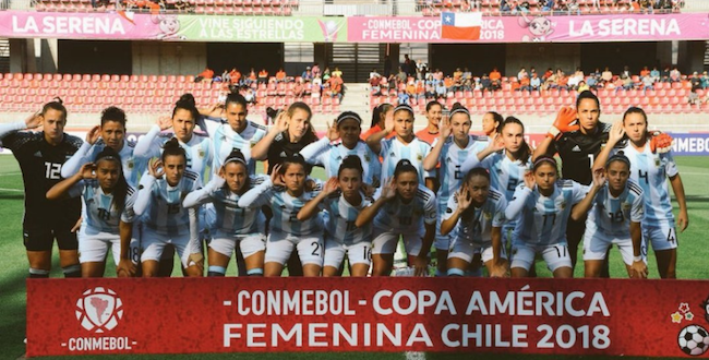 Members of Argentina's national women's soccer team demand a change to their conditions by recreating Riquelme's iconic goal celebration and protest gesture (@PamelaVis/Twitter)