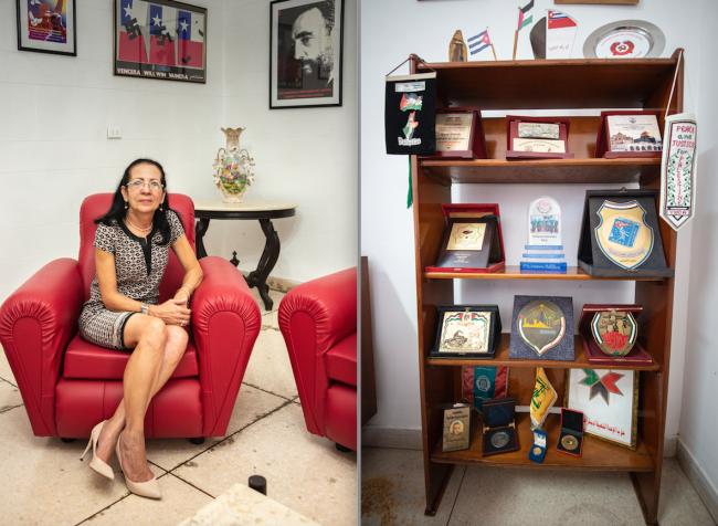 Izquierda: Lourdes Cervantes Vázquez, Secretaria General de la OSPAAAL (junio de 2019). | Derecha: Obsequios regalados a la OSPAAAL por organizaciones políticas árabes, mayoritariamente palestinas ( (Fotos por Fernando Camacho Padilla)