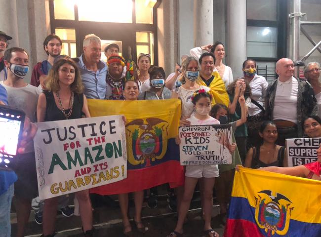 Decenas de activistas, ecuatorianos en Nueva York, y otras personas quienes quieren mostrar su apoyo se reunieron fuera de la casa de Steven Donziger en Nueva York, el 6 de julio, 2021. (Gabriela Barzallo).