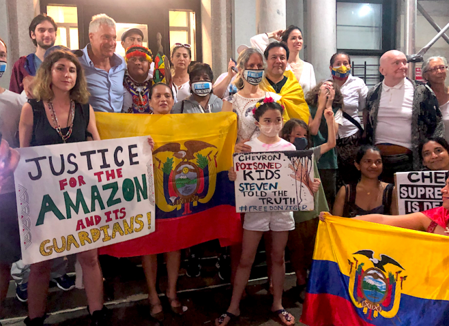 Dozens of activists, Ecuadorians in New York City, and other people who wanted to show their support gathered outside of Steven Donziger's home in New York, July 6, 2021. (Gabriela Barzallo)