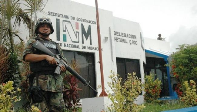 A Mexican marine officer in front of a the Instituto Nacional de Migración (INM) in Quintana Roo (José Tejeda)