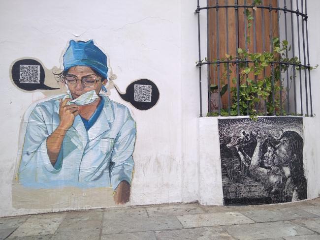 Arte callejero en la Ciudad de Oaxaca pinta una trabajadora de salud (Foto: Shannon Young).
