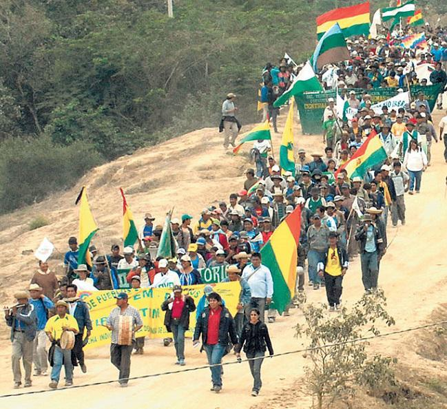 Indigenous communities march against Evo Morales' development of the TIPNIS protected area (La Razón)
