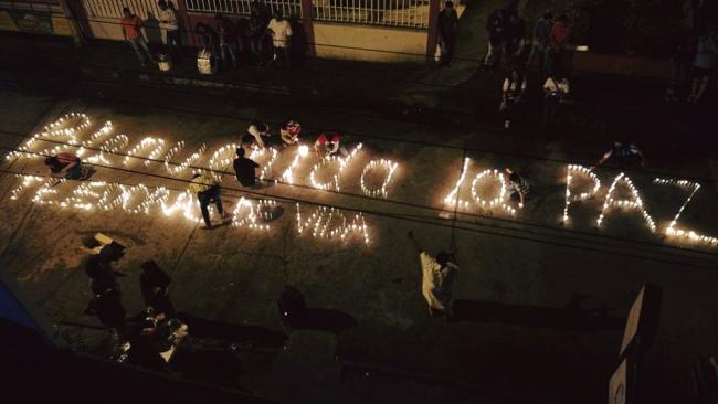 Alianza members light candles welcoming peace in Mocoa, the departmental capitol of Putumayo (Photo courtesy of Paula Fernández Seijo)