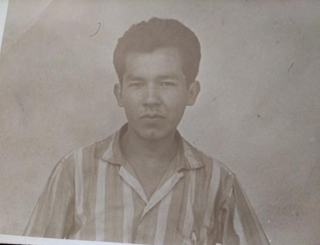 Adolfo Godoy Cabañas en 1971 de pie fuera de su celda en el Campo Militar #1 en Ciudad de México. (SEDENA)