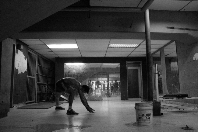 Miguel trains in a gym without equipment (Photograph by Francisco J. Sánchez)