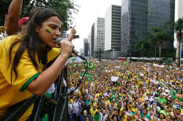Figure 2: Singer Wanessa Camargo performs the National Anthem for a largely white crowd in São Paulo, March 15, 2015 (Source: Vanessa Carvalho / BPP / AGNEWS)