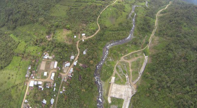 Aerial photo of the San José del Tambo Hydroelectric Project and adjacent community of San Pablo de Amalí, Ecuador. (Santiago Pástor)