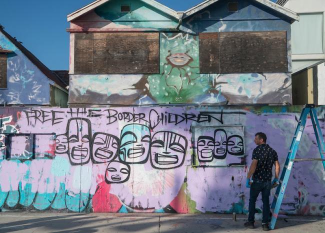 """Mural en Venice Beach, California en el que puede leerse """"Liberen a los niños de la frontera"""". (Chris Goldberg, Flickr)"""