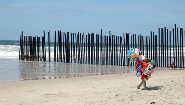 A balloon vendor at the border wall in Tijuana, Mexico. (Romel Jacinto)