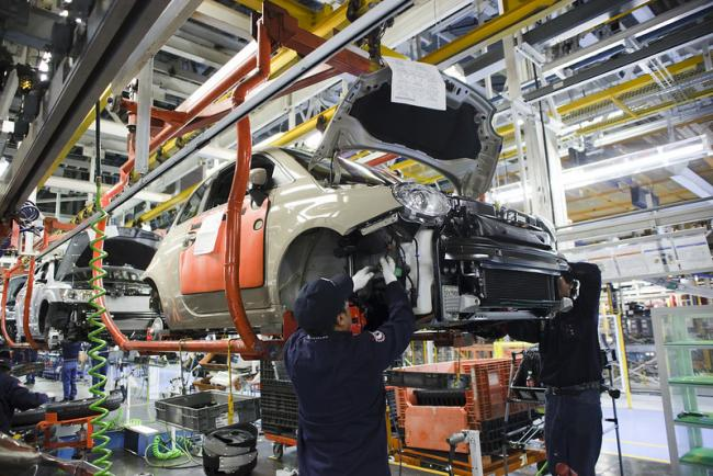 Employees at Chrysler Group LLC's Toluca (Mexico) Assembly Plant hook up the electrical wiring on a Fiat 500 in 2011. (Flickr, Fiat Chrysler Automobiles)