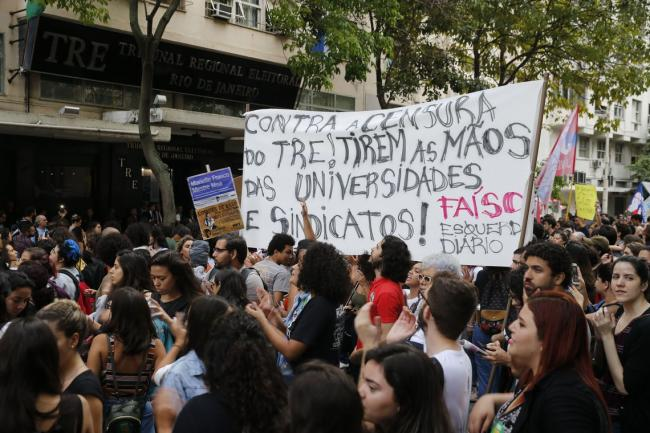 Several student organizations protesting outside the Regional Electoral Court of Rio de Janeiro on October 26, 2018. (Fernando Frazão/Agência Brasil)