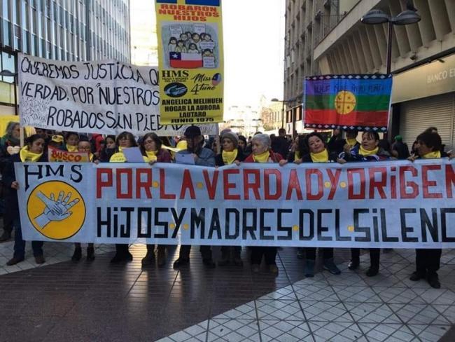 Foto de integrantes de Hijos y Madres del Silencio, organización chilena dedicada a presentar denuncias de adopciones irregulares y ayudar en la reunificación de familias (Foto suministrada por Hijos y Madres del Silencio)