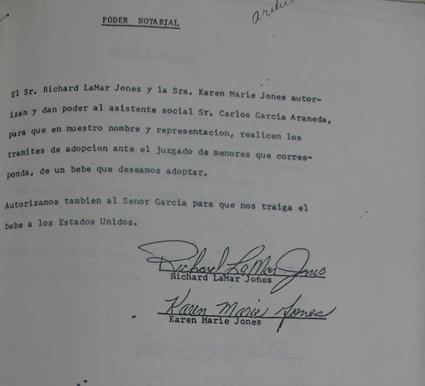 Carta de una pareja en Estados Unidos otorgando poder notarial a un trabajador social en Chile para que los represente ante el juzgado y lleve adelante los trámites legales necesarios para adoptar un hijo. (Foto suministrada por Karen Alfaro)