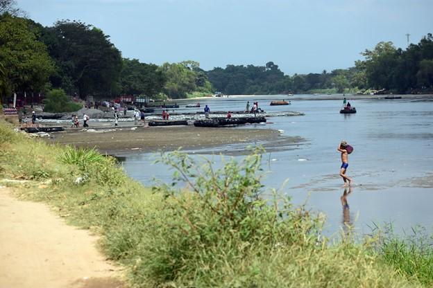 Las balsas cruzan el río Suchiate entre México y Guatemala, transportando mercancías y personas. (Jorge Choy-Gómez)