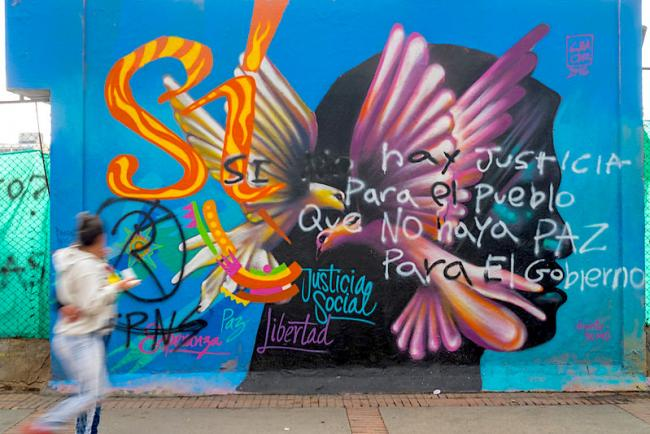 "Graffiti in Colombia in support of a ""yes"" vote in the 2016 plebiscite on the peace accords reads: ""If there's no justice for the people, there will be no peace for the government."" (Photo by Galo Naranjo/Flickr)"