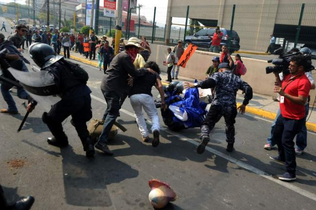 Honduran police and COPINH members clash at a protest in Tegucigalpa in May (Photo by Giorgi Trucci, LINyM)