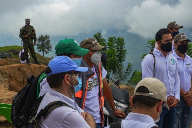 Un soldado vigila una reunión entre líderes de organizaciones de víctimas y agencias del estado participando en la implementación de los acuerdos de paz en Briceño, Antioquia. (Alex Diamond)
