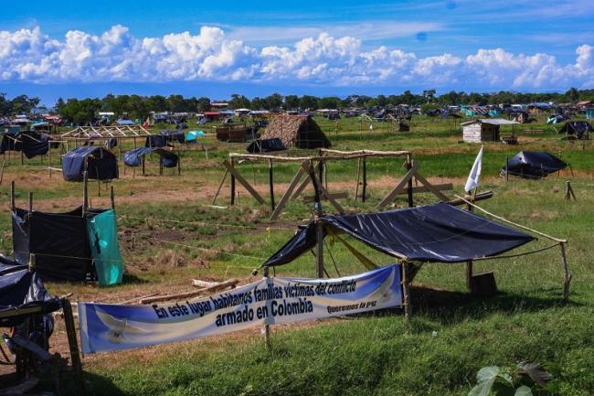 Un letrero en Urabá, Colombia explica la razón de ser de una comunidad de campesinos desplazados por el conflicto armado. (Alex Diamond)