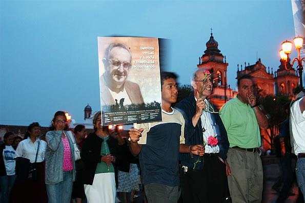 Guatemalans commemorate the assassination of Bishop Juan Gerardi, April 26, 2007. (Surizar / Wikimedia)