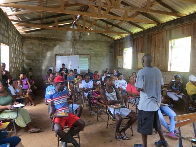May 12, 2016. Allen Clair Duncan discusses the government's recent attempt to lease Rama-Kriol territory for canal development with a community assembly in Monkey Point (Courtesy of Onda Local / Fundación Popolna)