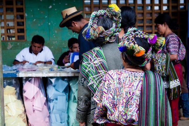 Guatemaltecxs votan en las elecciones del 2011. (Foto por spotreporting /Flickr)