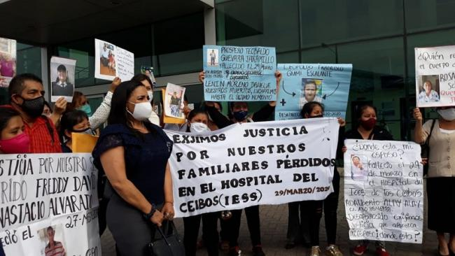 Families gather in Guayaquil, holding posters of their loved ones whose remains are missing (Photo courtesy of the Defensoría del Pueblo).