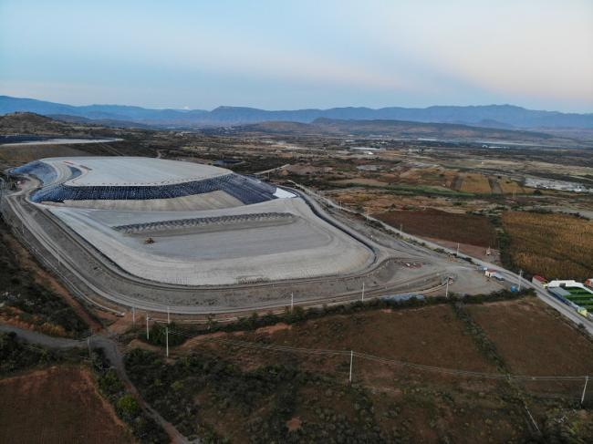 Dry tailings from Compañía Minera Cuzcatlán, are stored just 800 meters from the community of Magdalena Ocotlán. (Santiago Navarro F.)